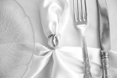 庄严的桌设置 葡萄酒叉子和刀子 免版税库存照片