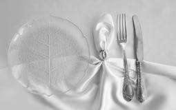 庄严的桌设置 葡萄酒叉子和刀子 库存照片