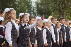 庄严的统治者的女孩在的学校9月一日 免版税库存照片