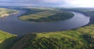 庄严空中寄生虫飞行通过乌克兰风景河Dnister 浸泡与石头的岸 没有人的自然 股票视频