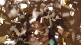 庄严非裔美国人的女性模型特写镜头超现实的画象与金子光滑的构成的投掷银色五彩纸屑 股票视频