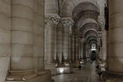 庄严马德里大教堂的内部专栏 免版税库存照片