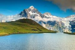 庄严高山湖Bachalpsee,格林德瓦,瑞士,欧洲 免版税库存照片