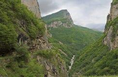 庄严Cherek峡谷-卡巴尔达-巴尔卡里亚的吸引力 2008 4月3280日上生高加索北部峰顶土坎岩石俄国 库存照片