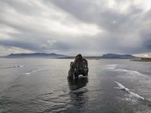 庄严HvÃtserkur的海景在Vatnsnes半岛的在冰岛西北部 库存照片