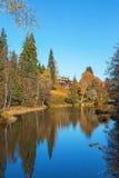 庄园住宅由河的小山 免版税库存图片