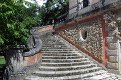 庄园庭院老楼梯 免版税库存照片