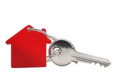 庄园概念、红色钥匙圈和钥匙在被隔绝的背景 库存图片