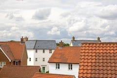 庄园舱内甲板房子实际租金销售额 郊区物产屋顶在一现代contemporar冠上 库存照片