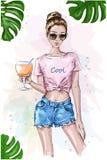 庄稼上面的逗人喜爱的时髦的女孩 夏天神色 拿着鸡尾酒饮料的时尚妇女玻璃 草图 与绿色叶子的夏天集合 库存照片