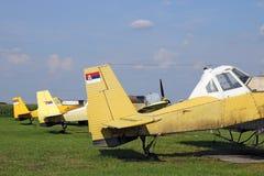 庄稼在机场的喷粉器飞机 免版税库存图片