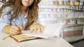 庄稼女孩读书和文字在笔记薄 股票视频