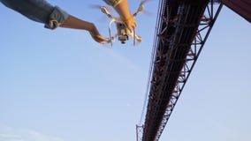 庄稼妇女发射的寄生虫在桥梁下 影视素材