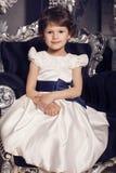 庄重装束的美丽的矮小的逗人喜爱的女孩 免版税库存照片