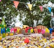 庆祝一个儿童` s生日的家庭室外 免版税图库摄影
