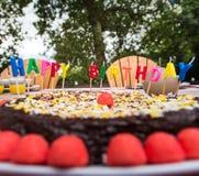 庆祝一个儿童` s生日的家庭室外 库存图片