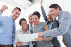 庆祝一个新的合同的企业队 免版税库存照片