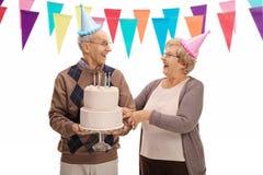 庆祝一个生日和看彼此的前辈 免版税库存图片