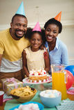 庆祝一个生日的家庭画象 免版税库存图片