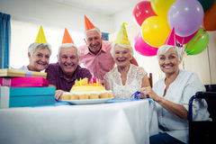庆祝一个生日的小组前辈 免版税库存图片