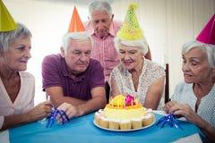 庆祝一个生日的小组前辈 免版税库存照片