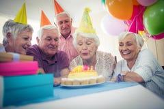 庆祝一个生日的小组前辈 库存照片