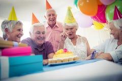 庆祝一个生日的小组前辈 免版税图库摄影