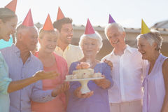 庆祝一个生日的护士和前辈 库存照片
