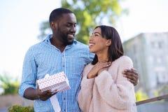 庆祝一特别天的美好的浪漫夫妇 免版税库存图片