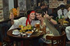 庆祝万圣夜的两个女孩在客栈。 库存照片