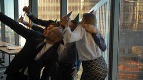 庆祝上司的生日在办公室和做selfie照片的愉快的雇员 股票录像