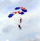 庆祝上涨军人跳伞 免版税库存图片