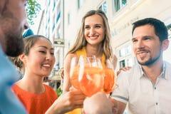庆祝与一份刷新的夏天饮料一起的四个朋友 图库摄影