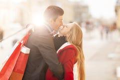 庆祝与亲吻和拥抱的年轻夫妇情人节 免版税图库摄影
