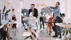 庆祝与办公室同事的红色EPIC-W愉快的年轻女商人成功投掷在空气慢动作的纸 股票视频