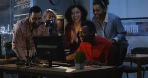 庆祝与工友的成功的人 股票录像