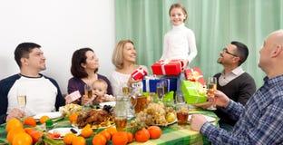 庆祝与微笑的家庭的女孩生日 免版税图库摄影