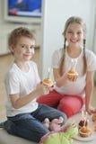 庆祝与杯子的兄弟姐妹画象生日结块 免版税库存图片