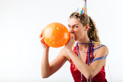 庆祝与气球的恼怒的妇女生日 免版税库存照片