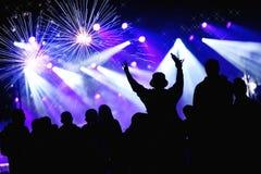 庆祝与烟花的人群新年 免版税图库摄影