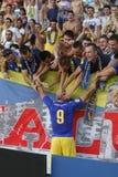 庆祝与爱好者的足球运动员一个目标 免版税库存图片