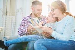 庆祝与爱恋的家庭成员的父亲节 免版税库存图片