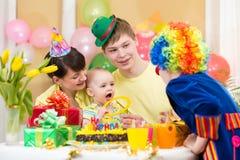 庆祝与父母和小丑的婴孩第一个生日 库存图片