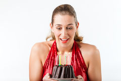 庆祝与蛋糕和蜡烛的妇女生日 免版税库存照片