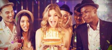庆祝与蛋糕的愉快的朋友的综合图象生日 库存照片
