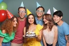 庆祝与蛋糕的青年人生日在颜色背景 免版税库存图片