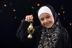 庆祝与赖买丹月灯笼的愉快的回教女孩 免版税图库摄影