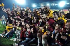 庆祝与金黄杯子的足球运动员 图库摄影