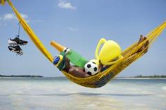 庆祝与香宾和战利品的冠军巴西足球运动员 免版税库存图片