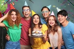 庆祝与鲜美蛋糕的青年人生日 图库摄影